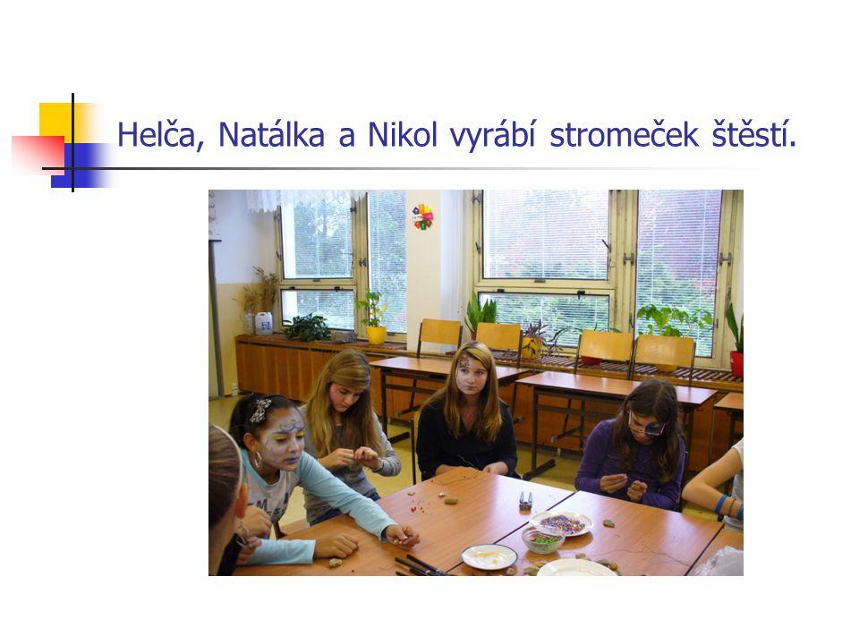 Helča, Natálka a Nikol vyrábí stromeček štěstí.