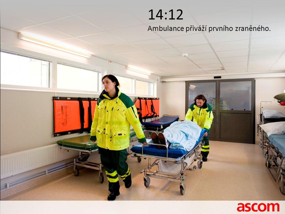 14:12 Ambulance přiváží prvního zraněného.