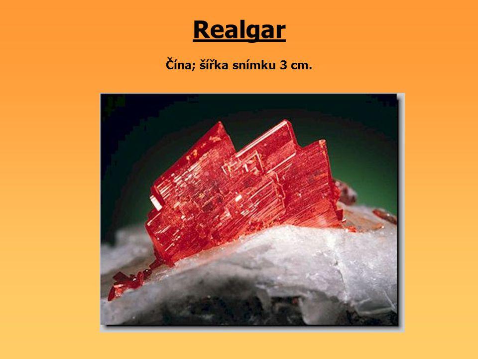 Realgar Čína; šířka snímku 3 cm.