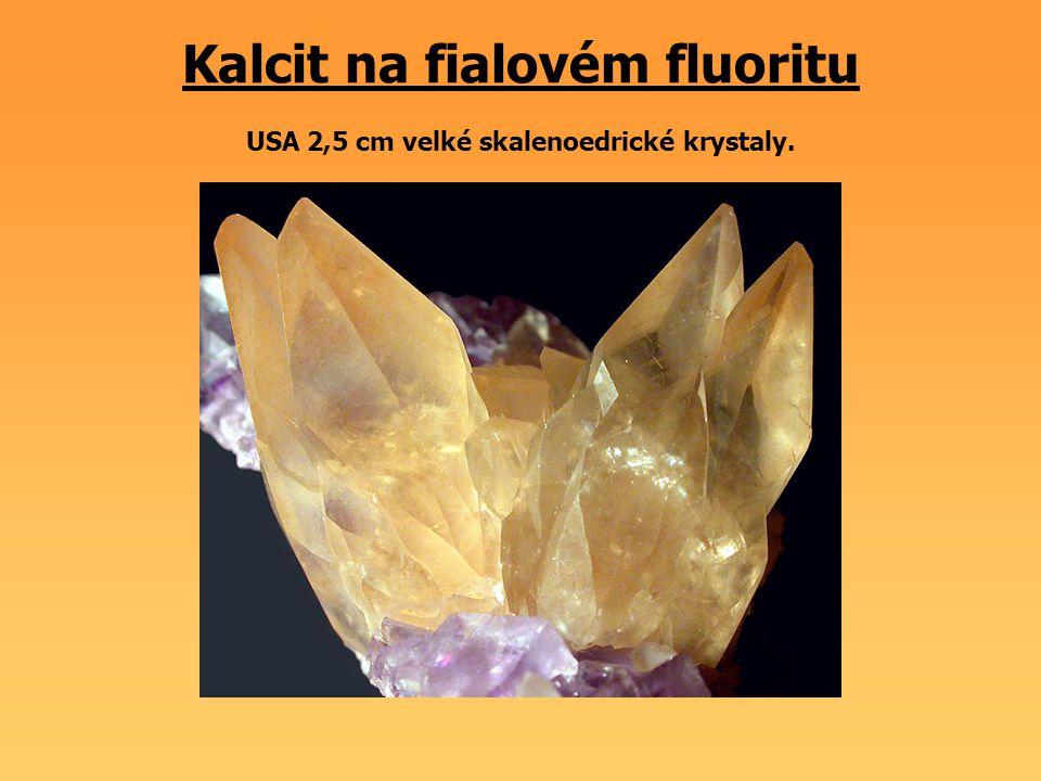 Kalcit na fialovém fluoritu USA 2,5 cm velké skalenoedrické krystaly.