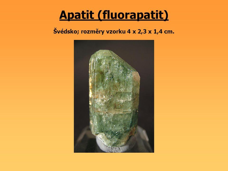 Apatit (fluorapatit) Švédsko; rozměry vzorku 4 x 2,3 x 1,4 cm.
