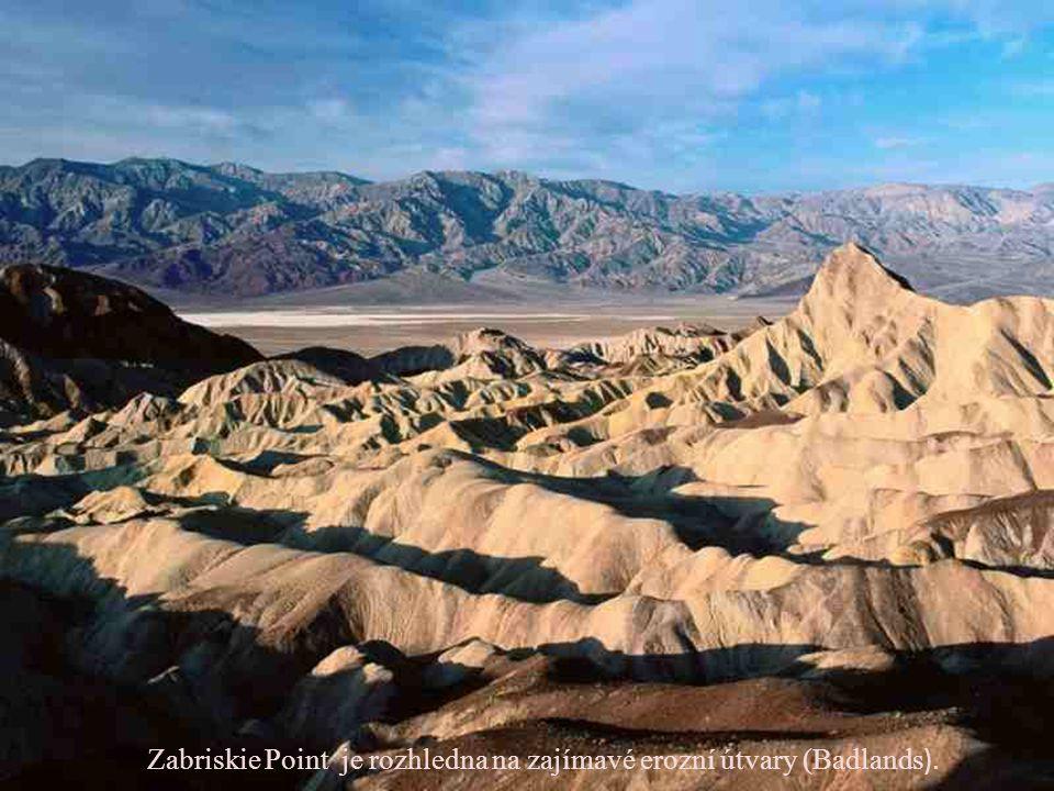 Zabriskie Point je rozhledna na zajímavé erozní útvary (Badlands).