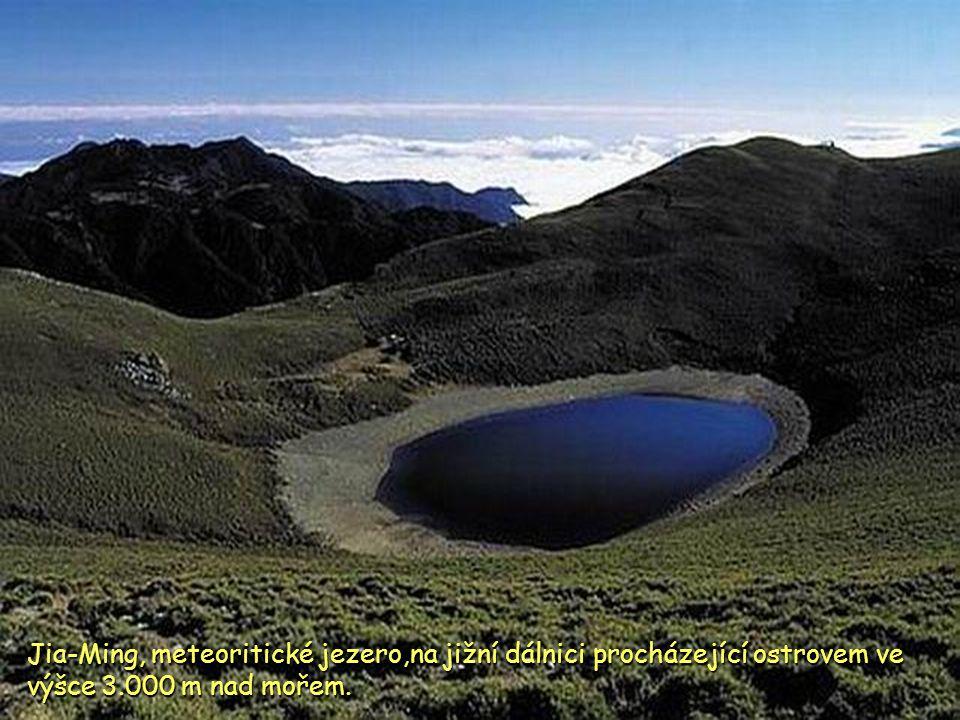 Jia-Ming, meteoritické jezero,na jižní dálnici procházející ostrovem ve výšce 3.000 m nad mořem.