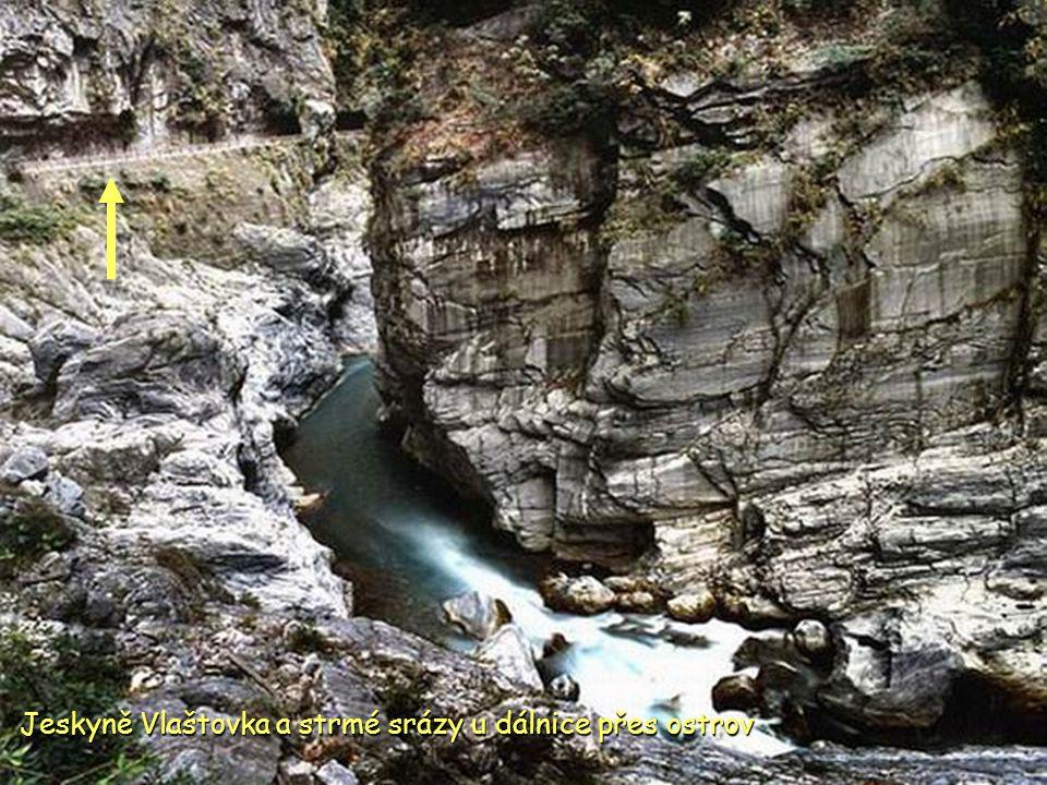 Jeskyně Vlaštovka a strmé srázy u dálnice přes ostrov