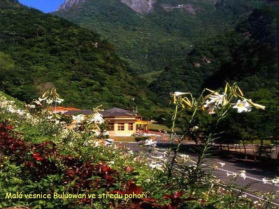 Malá vesnice Buluowan ve středu pohoří