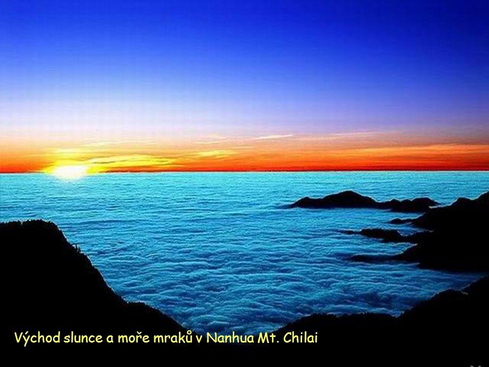 Východ slunce a moře mraků v Nanhua Mt. Chilai