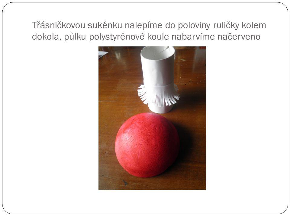 Třásničkovou sukénku nalepíme do poloviny ruličky kolem dokola, půlku polystyrénové koule nabarvíme načerveno