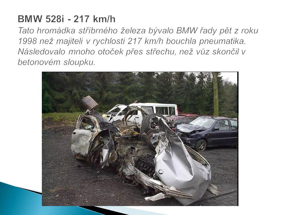 BMW 528i - 217 km/h Tato hromádka stříbrného železa bývalo BMW řady pět z roku 1998 než majiteli v rychlosti 217 km/h bouchla pneumatika.