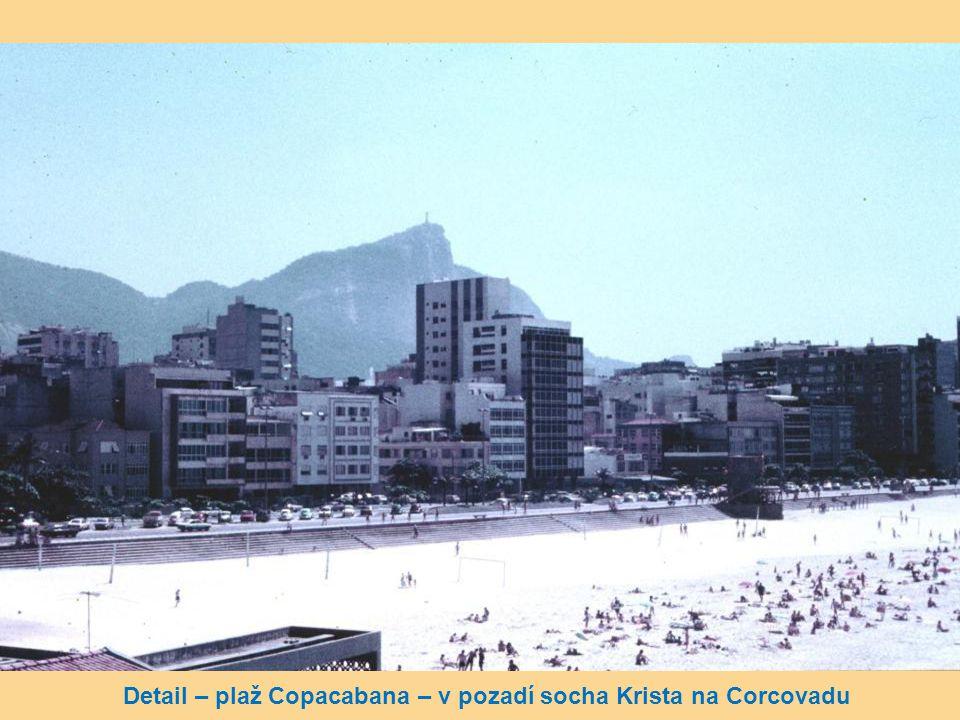 Detail – plaž Copacabana – v pozadí socha Krista na Corcovadu