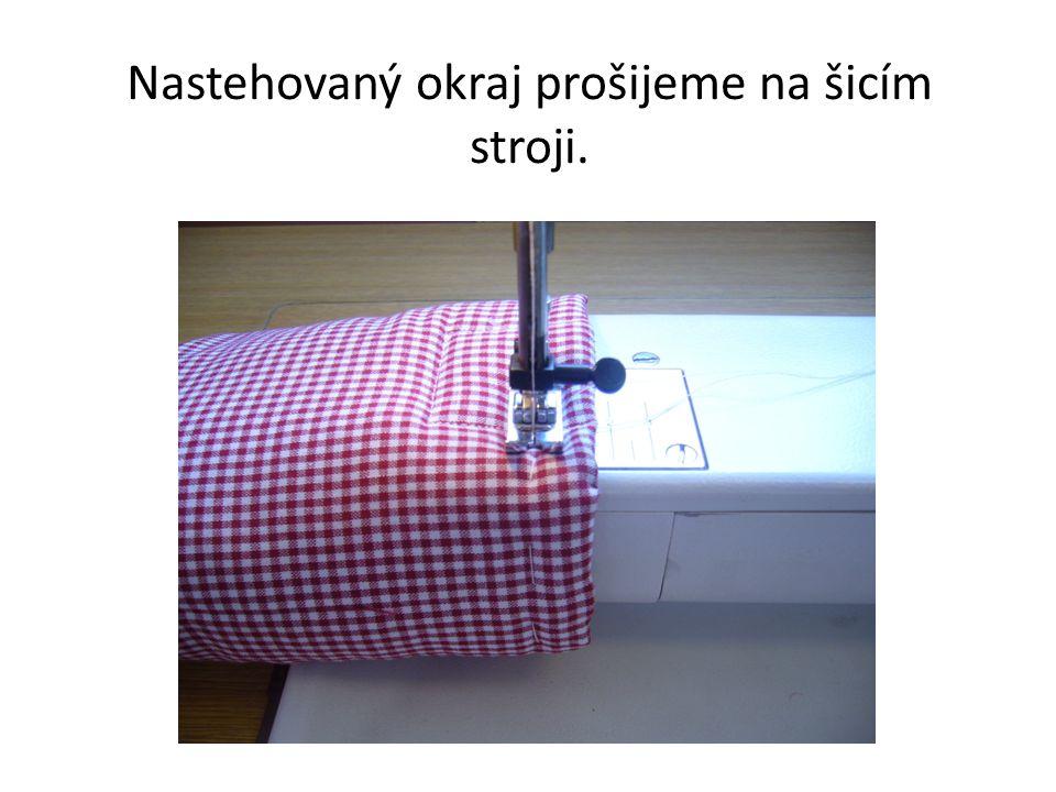 Nastehovaný okraj prošijeme na šicím stroji.