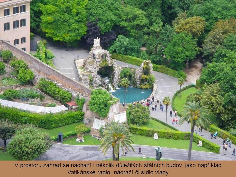 V prostoru zahrad se nachází i několik důležitých státních budov, jako například Vatikánské rádio, nádraží či sídlo vlády