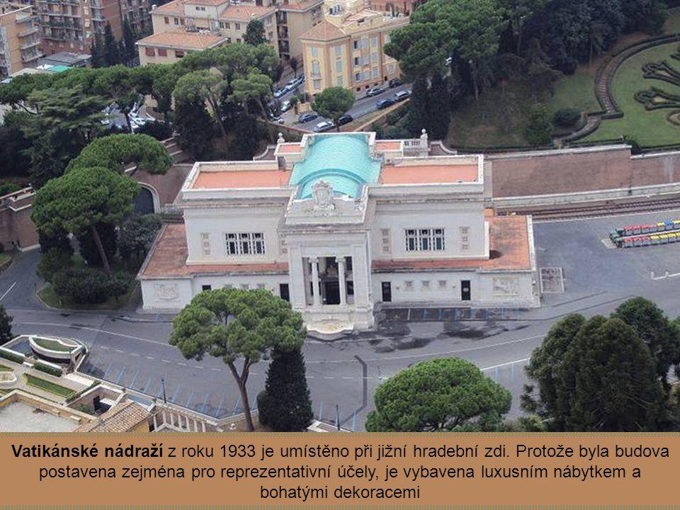 Vatikánské nádraží z roku 1933 je umístěno při jižní hradební zdi
