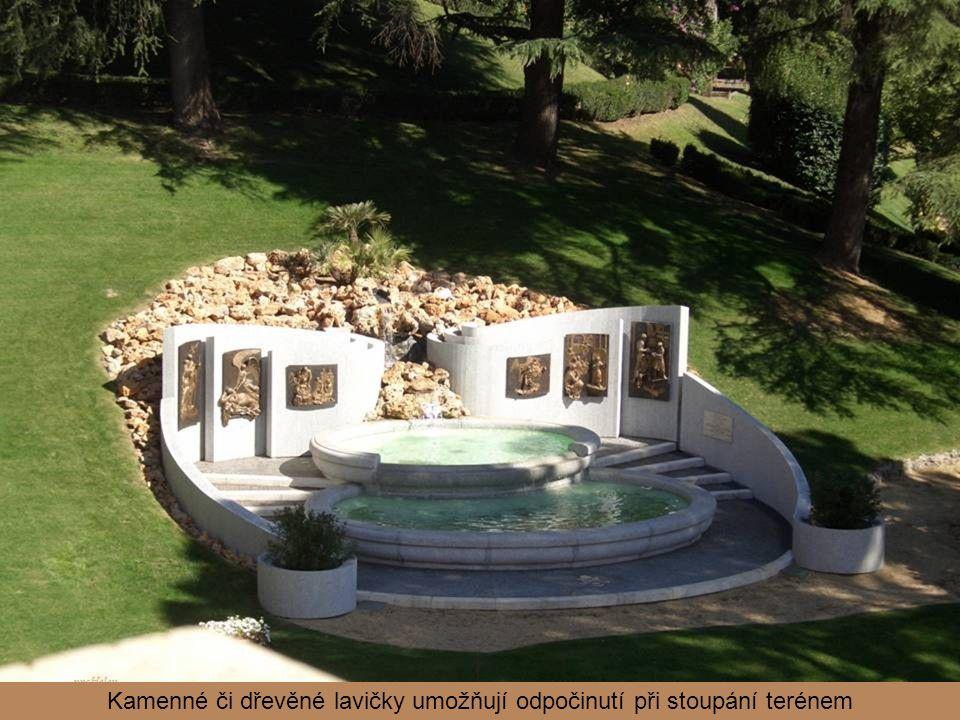 Kamenné či dřevěné lavičky umožňují odpočinutí při stoupání terénem