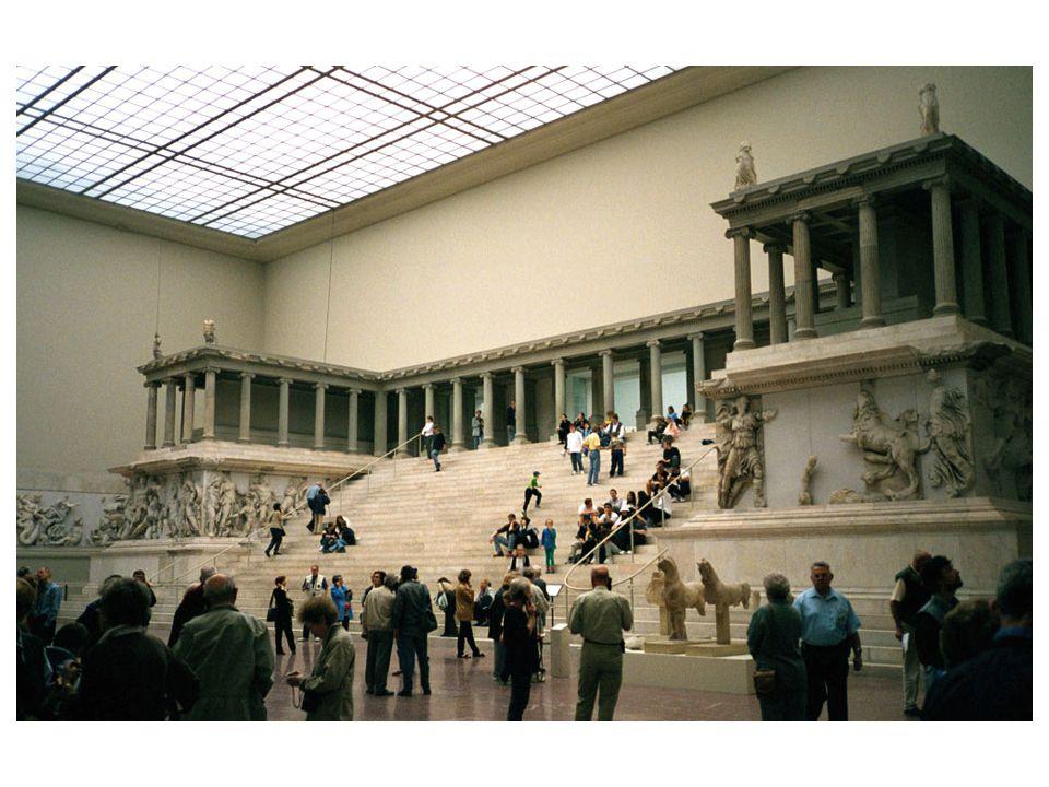 Diův oltář v Pergamu; rekonstrukce pocházející z Berlína; jediná ukázka helénistické arhcitektury