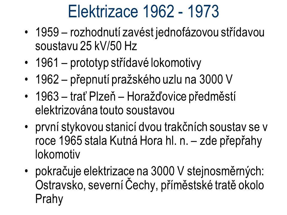 Elektrizace 1962 - 1973 1959 – rozhodnutí zavést jednofázovou střídavou soustavu 25 kV/50 Hz. 1961 – prototyp střídavé lokomotivy.
