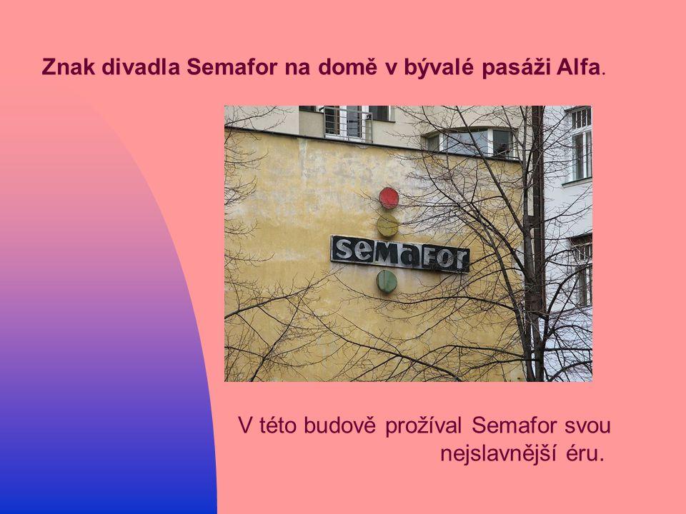 Znak divadla Semafor na domě v bývalé pasáži Alfa.