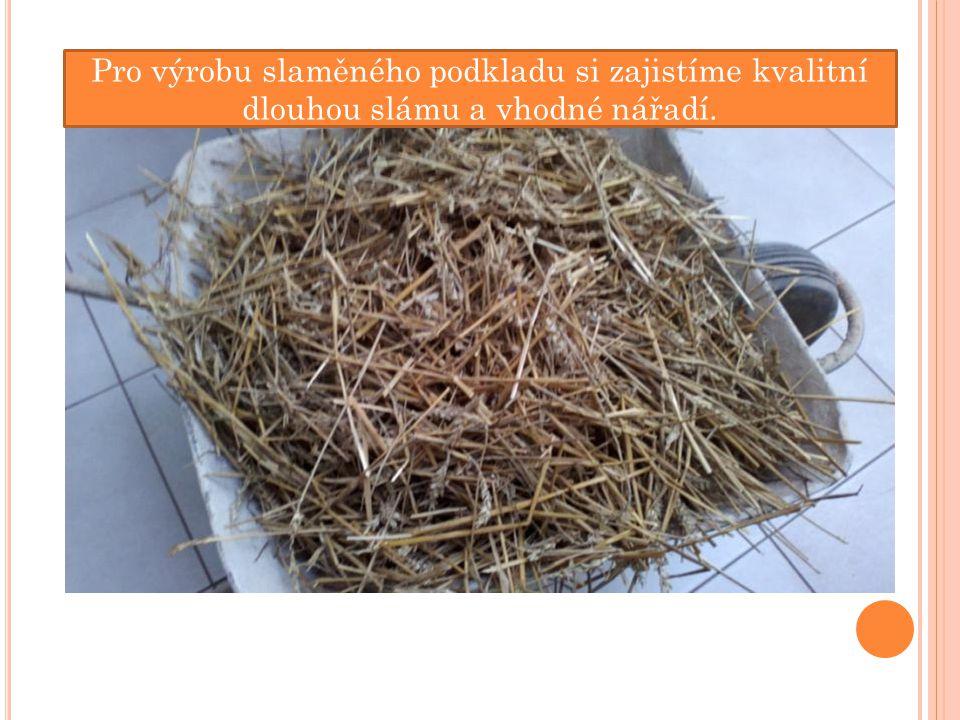 Pro výrobu slaměného podkladu si zajistíme kvalitní dlouhou slámu a vhodné nářadí.