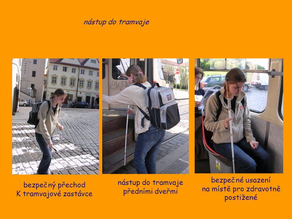 nástup do tramvaje bezpečné usazení. na místě pro zdravotně. postižené. nástup do tramvaje. předními dveřmi.