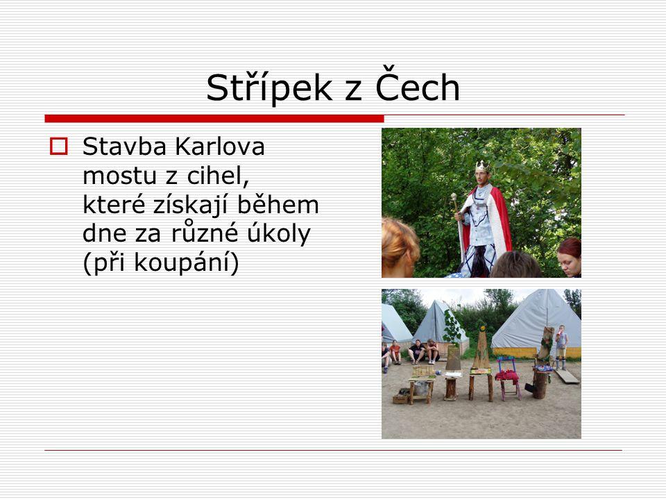 Střípek z Čech Stavba Karlova mostu z cihel, které získají během dne za různé úkoly (při koupání)