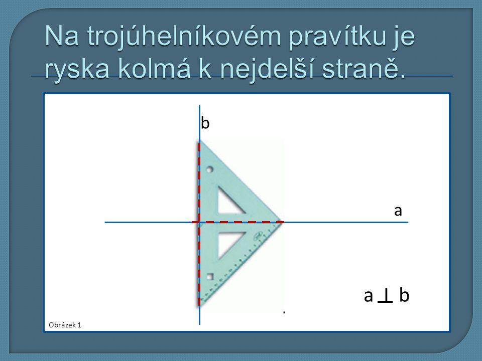 Na trojúhelníkovém pravítku je ryska kolmá k nejdelší straně.