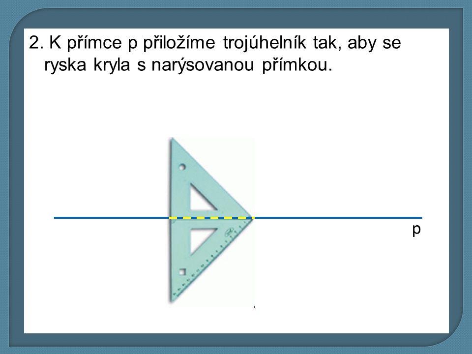 2. K přímce p přiložíme trojúhelník tak, aby se ryska kryla s narýsovanou přímkou.