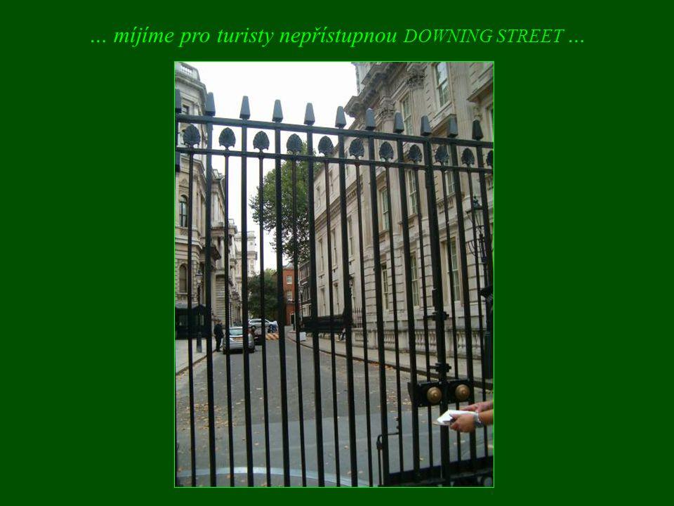 … míjíme pro turisty nepřístupnou DOWNING STREET …
