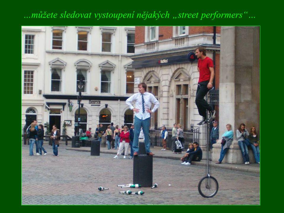 """…můžete sledovat vystoupení nějakých """"street performers …"""