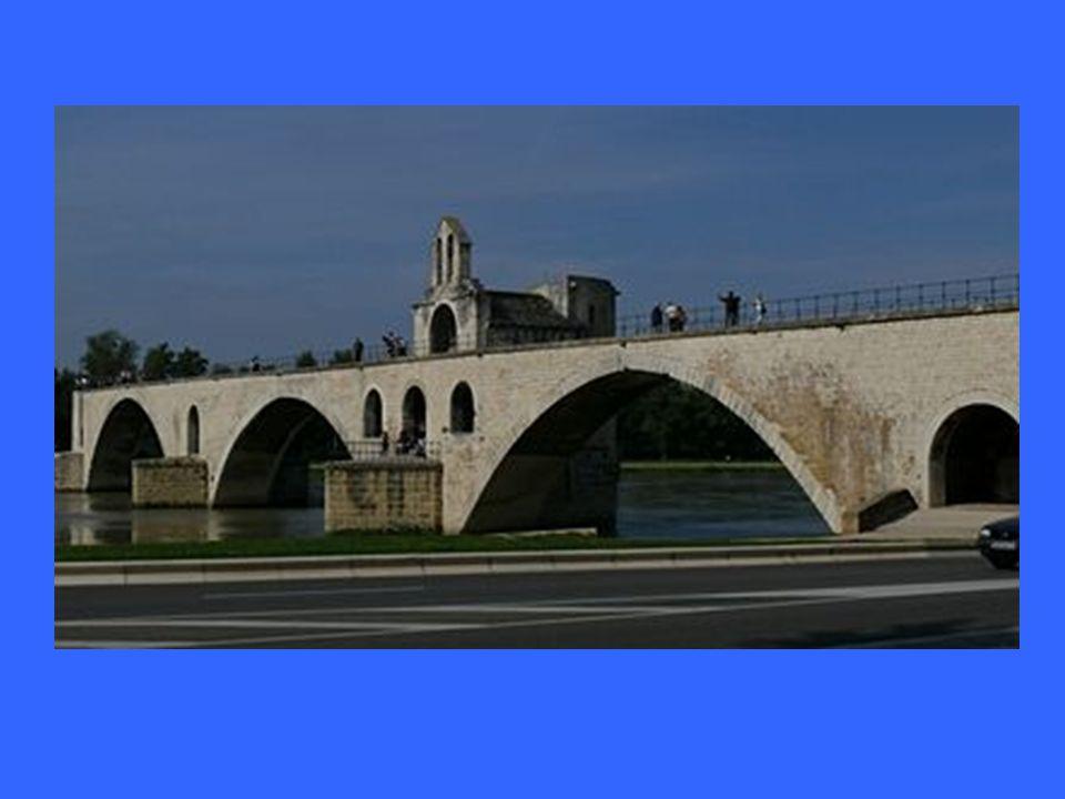 Most ve městě Avignon.