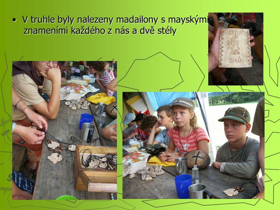 V truhle byly nalezeny madailony s mayskými znameními každého z nás a dvě stély