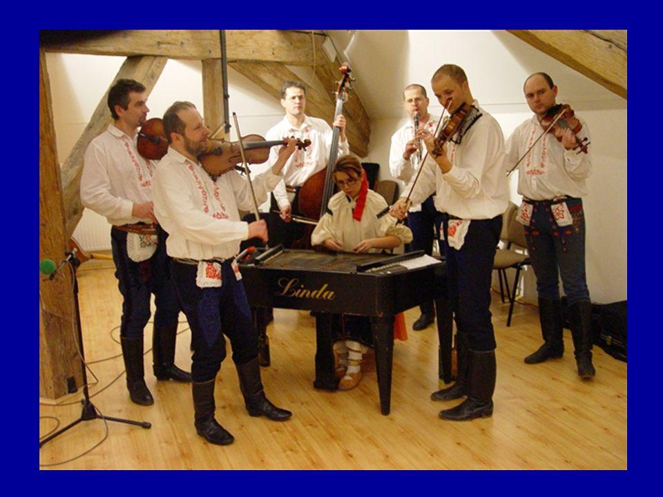 V popředí: vlevo - prim, vpravo - terc, uprostřed: cimbál, vzadu: vlevo - kontrabas, vpravo - klarinet,