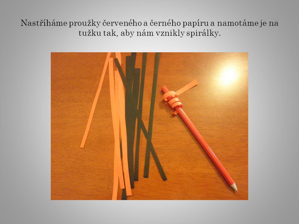 Nastříháme proužky červeného a černého papíru a namotáme je na tužku tak, aby nám vznikly spirálky.