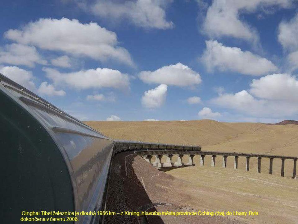 Qinghai-Tibet železnice je dlouhá 1956 km – z Xining, hlavního města provincie Čching-chaj, do Lhasy.