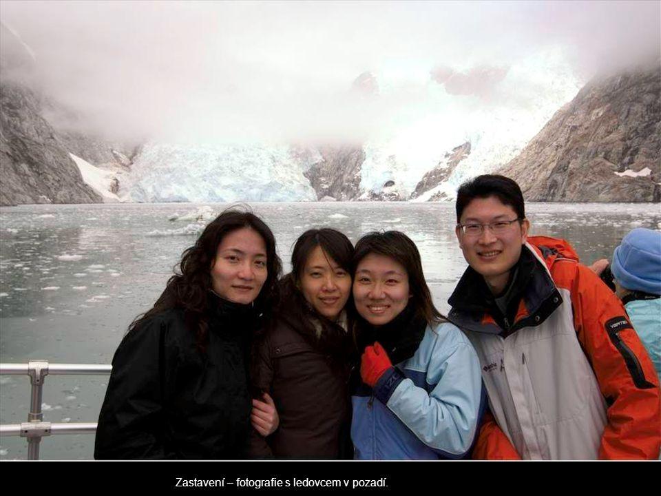 Zastavení – fotografie s ledovcem v pozadí.