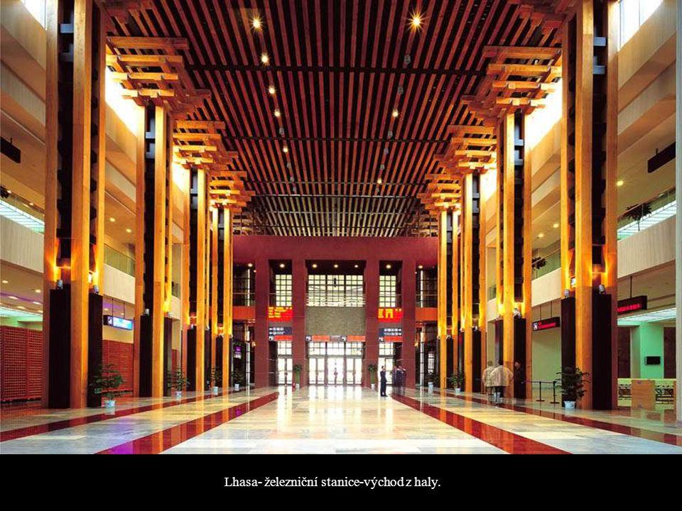 Lhasa- železniční stanice-východ z haly.