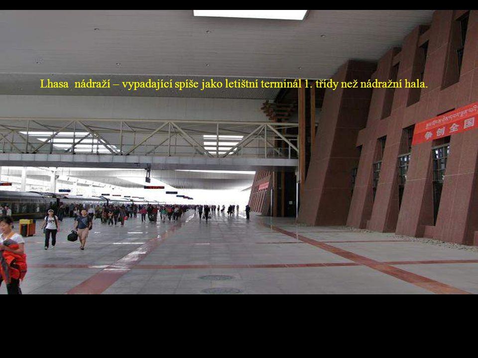 Lhasa nádraží – vypadající spíše jako letištní terminál 1