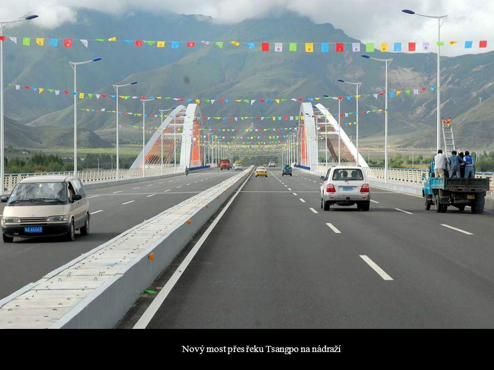 Nový most přes řeku Tsangpo na nádraží