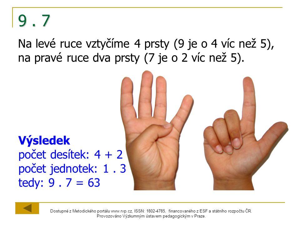 9 . 7 Na levé ruce vztyčíme 4 prsty (9 je o 4 víc než 5), na pravé ruce dva prsty (7 je o 2 víc než 5).