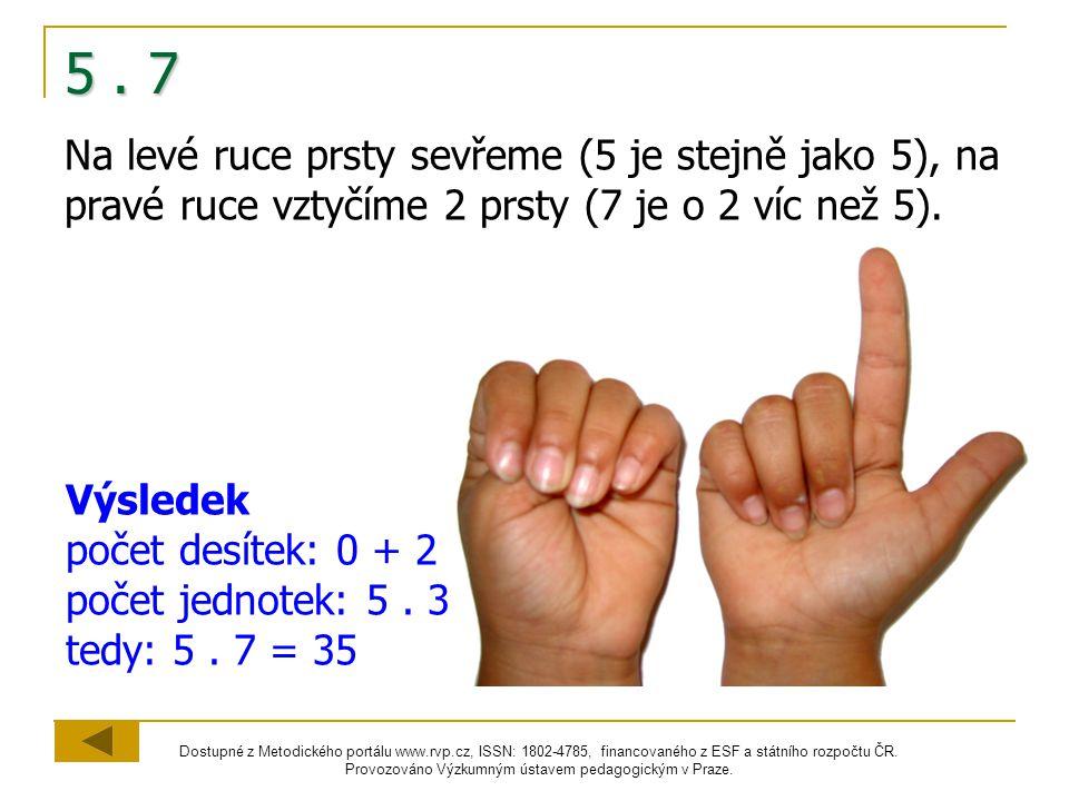 5 . 7 Na levé ruce prsty sevřeme (5 je stejně jako 5), na pravé ruce vztyčíme 2 prsty (7 je o 2 víc než 5).