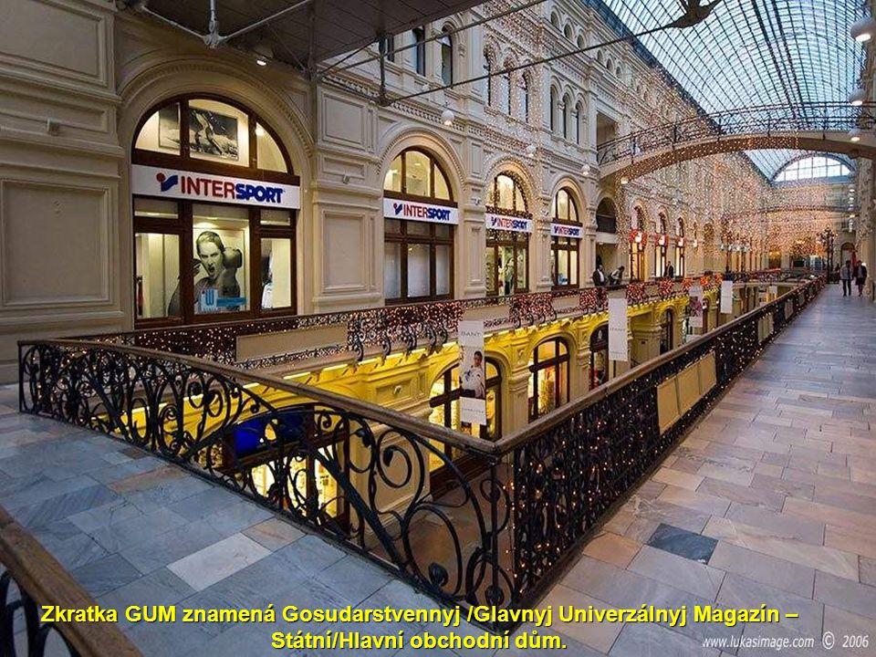 Zkratka GUM znamená Gosudarstvennyj /Glavnyj Univerzálnyj Magazín – Státní/Hlavní obchodní dům.