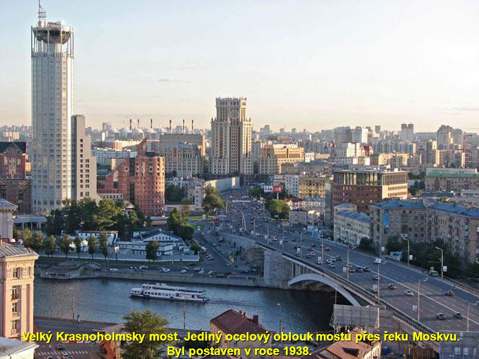 Velký Krasnoholmsky most. Jediný ocelový oblouk mostu přes řeku Moskvu
