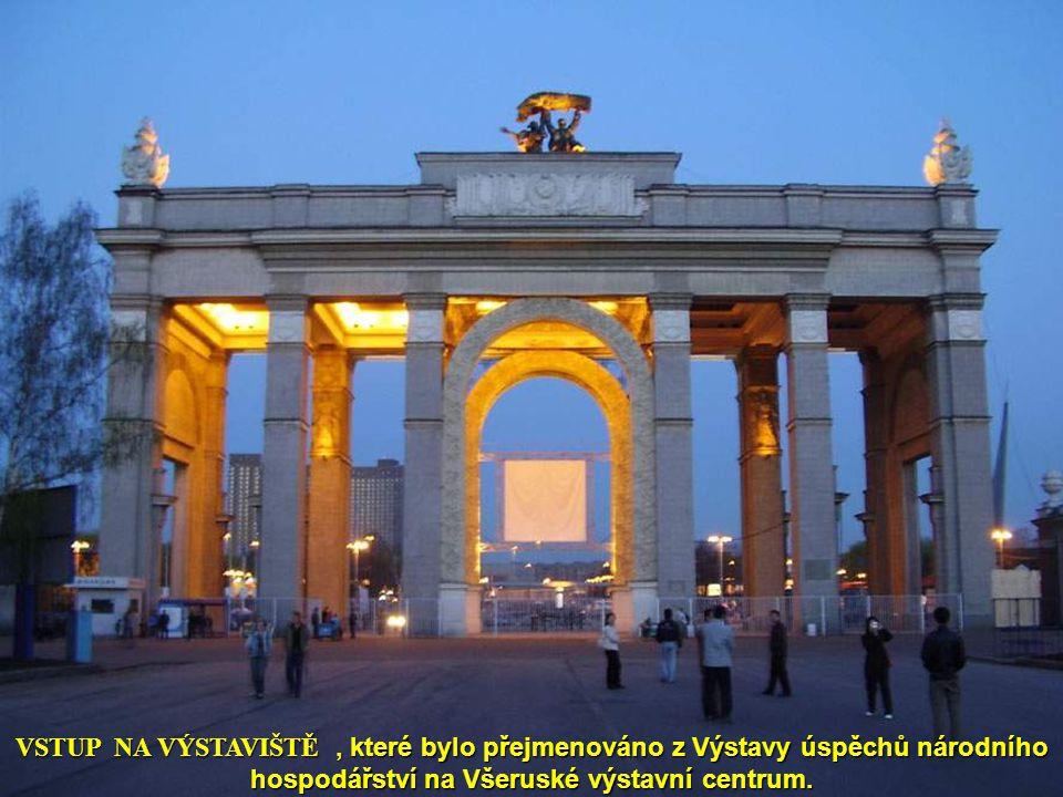 VSTUP NA VÝSTAVIŠTĚ , které bylo přejmenováno z Výstavy úspěchů národního hospodářství na Všeruské výstavní centrum.