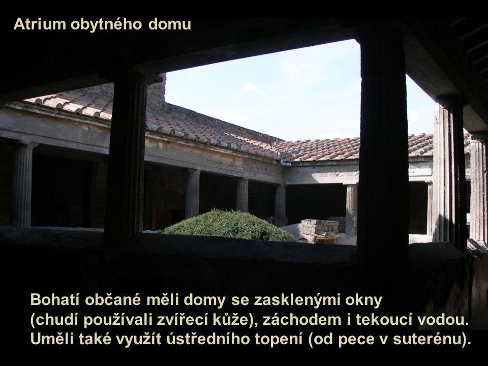 Atrium obytného domu Bohatí občané měli domy se zasklenými okny. (chudí používali zvířecí kůže), záchodem i tekoucí vodou.
