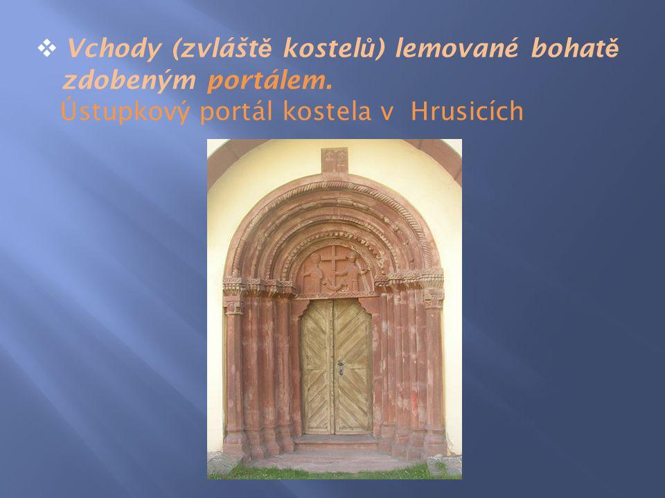 Vchody (zvláště kostelů) lemované bohatě