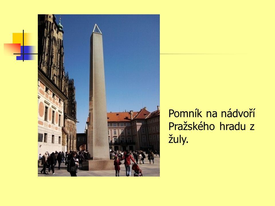 Pomník na nádvoří Pražského hradu z žuly.