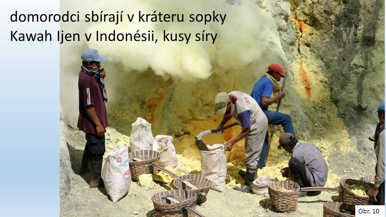 domorodci sbírají v kráteru sopky Kawah Ijen v Indonésii, kusy síry