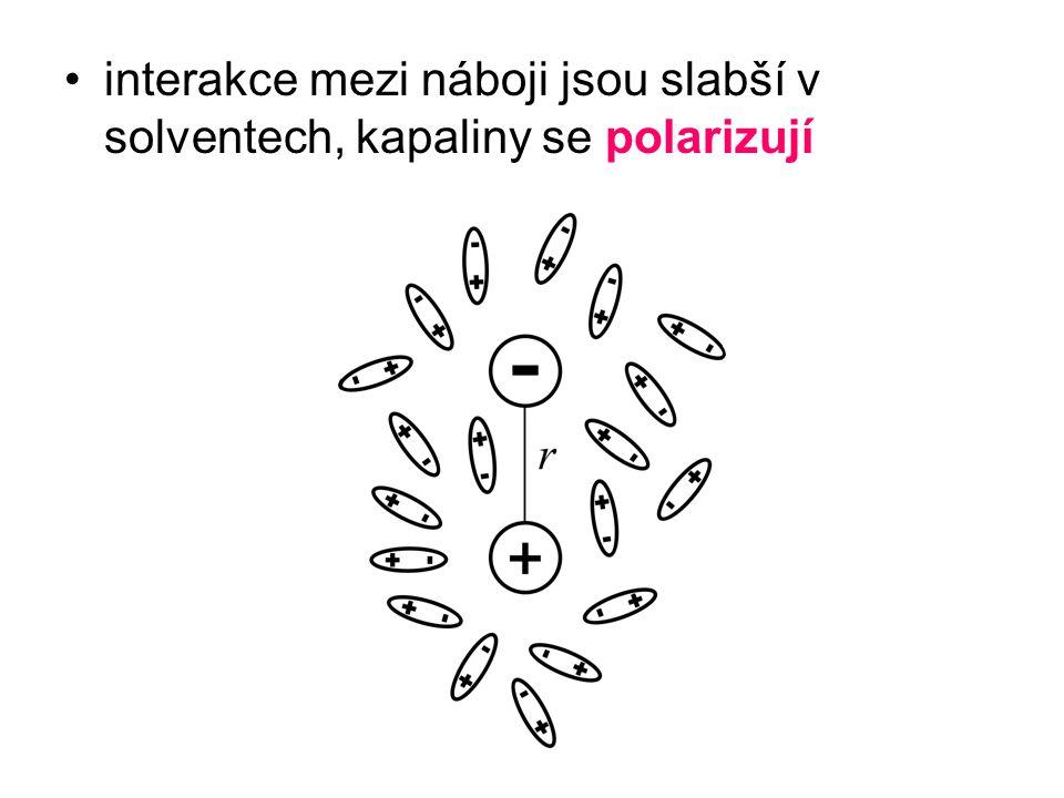 interakce mezi náboji jsou slabší v solventech, kapaliny se polarizují