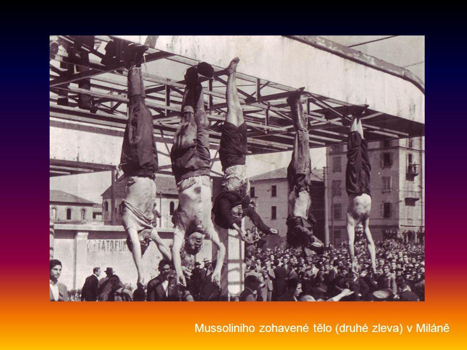 Mussoliniho zohavené tělo (druhé zleva) v Miláně
