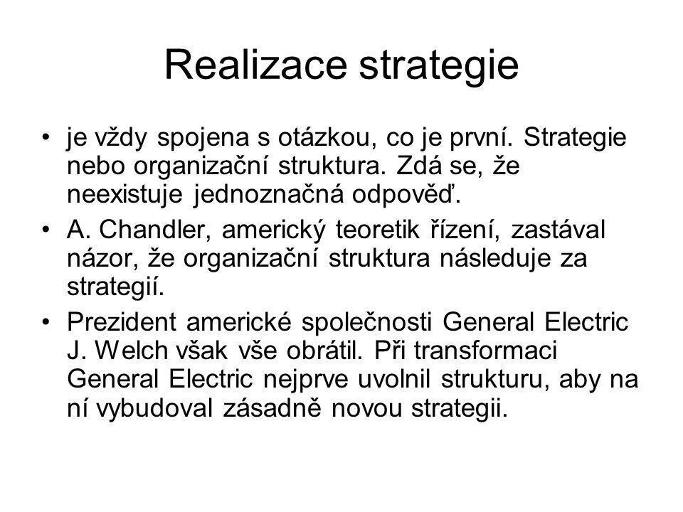 Realizace strategie je vždy spojena s otázkou, co je první. Strategie nebo organizační struktura. Zdá se, že neexistuje jednoznačná odpověď.