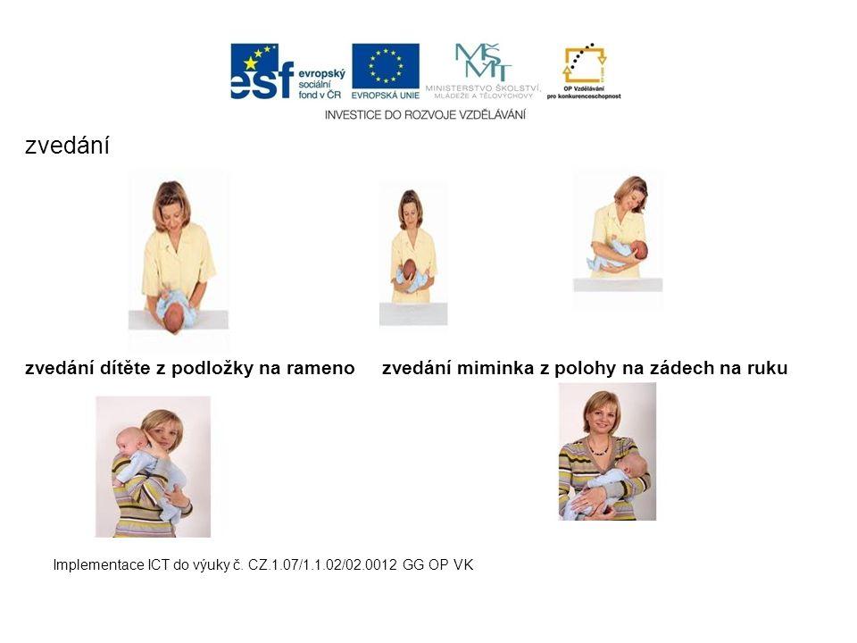zvedání zvedání dítěte z podložky na rameno zvedání miminka z polohy na zádech na ruku.