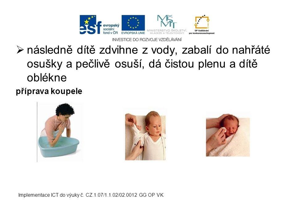následně dítě zdvihne z vody, zabalí do nahřáté osušky a pečlivě osuší, dá čistou plenu a dítě oblékne